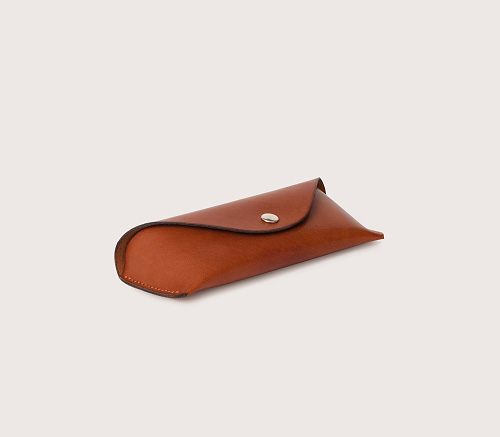 кожаный очечник коньячного цвета, вид сбоку